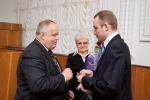 Юрій Котенко вітає нового депутата міської ради Володимира Шаповала.