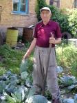 Наш консультант Іван Попов біля свого капустяного врожаю
