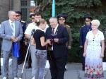 Юрій КОТЕНКО вручає паспорт громадянина України Анастасії ЛЕТНІКОВІЙ