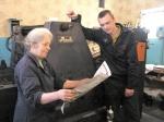 Друкарі — досвідчена Марія Шишкіна і молодий Євген Оранський — не намилуються якістю нашої газети