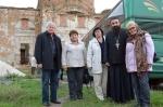 Біля стін таловобалківського монастиря (в центрі — Валентина Животовська)