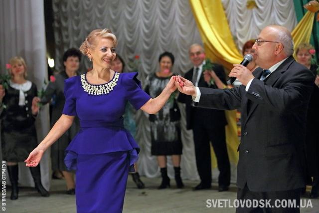"""Геннадій Френкель співав, танцював, пив """"шампанське"""" на сцені Палацу культури"""