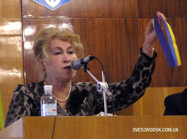 Таїса Гончаренко демонструє ту саму стрічечку