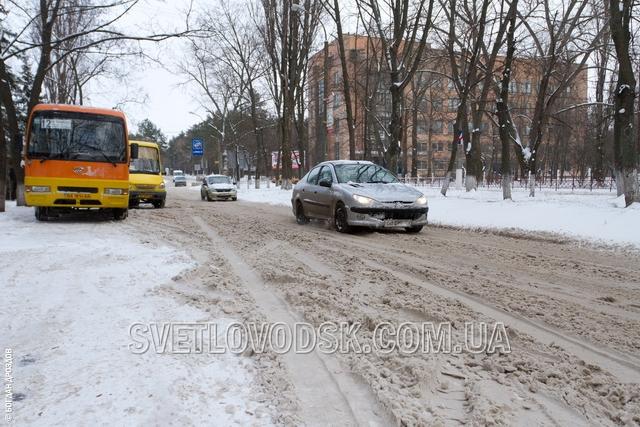 Посипати дороги у Світловодську встигають, розчищати — ні. Потрібна допомога!