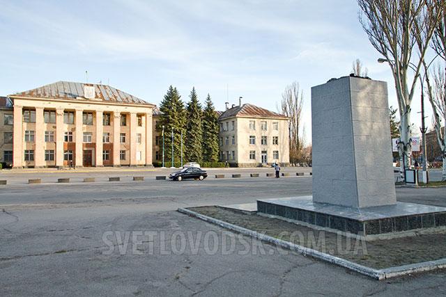На месте демонтированного памятника Ленину наводят порядок