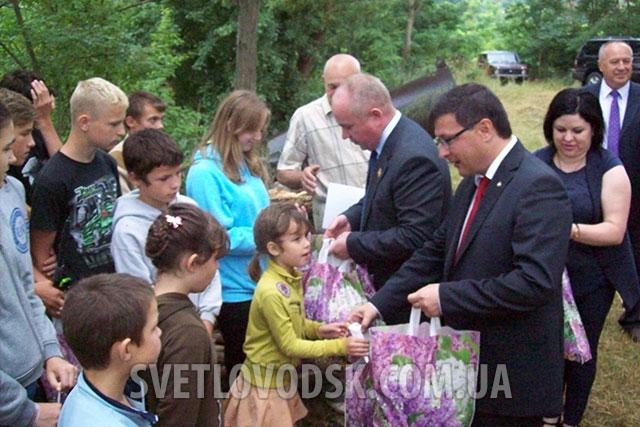 На перші дитячі змагання з риболовлі завітали поважні гості: Олександр Петік та Олександр Чорноіваненко