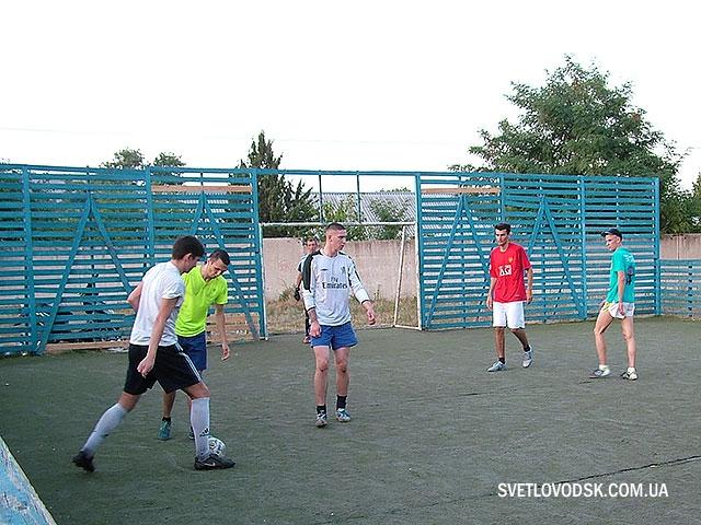 У вільний час учнівська молодь — на спортивному майданчику