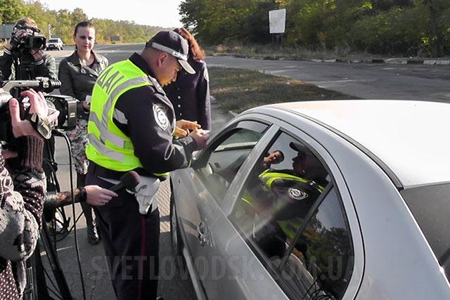 ДАІ Кіровоградщини з журналістами нагадали водіям про дотримання заходів безпеки під час руху