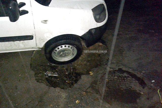 ФОТОФАКТ: Чергова ДТП сталася через пошкоджений асфальт (ОНОВЛЮЄТЬСЯ)