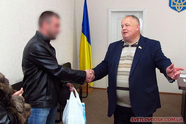Юрій Котенко передав бійцю 55-ї артбригади 25 тисяч гривень за автомобіль для АТО