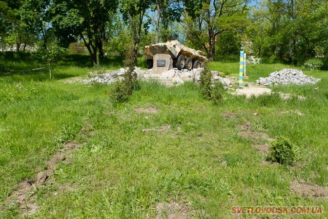 Кущі самшиту викопали невідомі злочинці біля пам'ятника воїнам-інтернаціоналістам