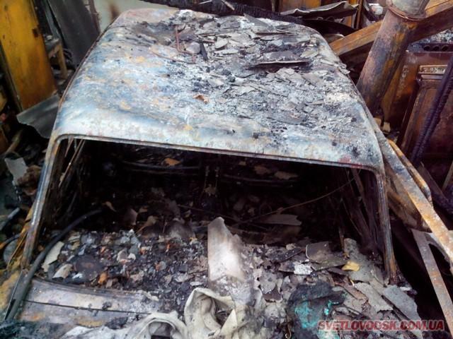 Вогонь знищив гараж та легковик у Світловодську. Будинок врятовано!