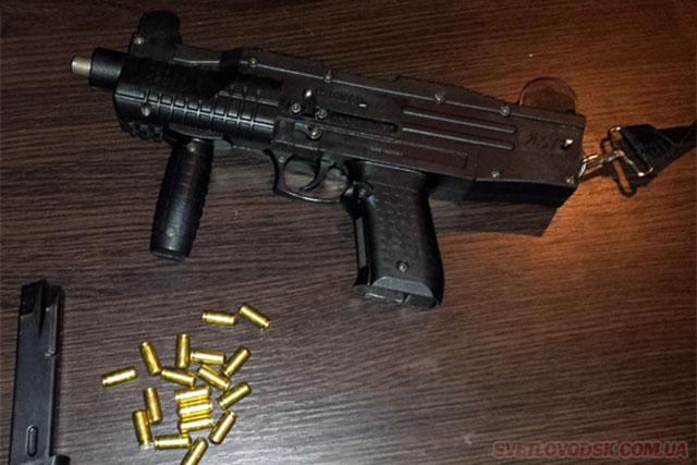 Пістолет-автомат у водія знайшли правоохоронці