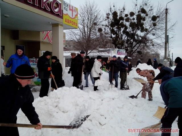 Велике прибирання снігу у Світловодську — депутати міської ради, рибалки і рибінспектори з лопатами (ДОПОВНЕНО)
