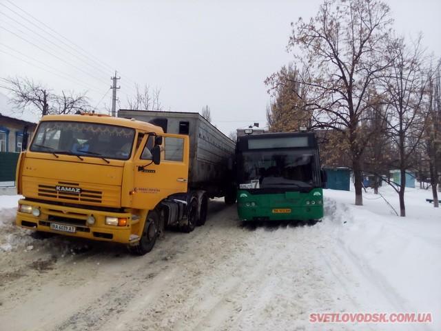 ДТП у Світловодську: КАМАЗ не роз'їхався з автобусом (ДОПОВНЕНО)