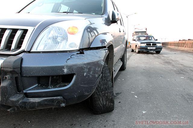 Geely Emgrand та Toyota Prado зіткнулися на мостовому переході Кременчуцької ГЕС у Світловодську