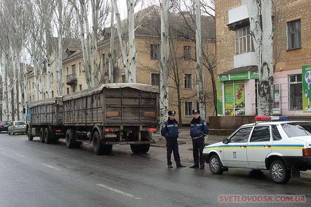 ФОТОФАКТ: Поліція забороняє рух вантажного транспорту центральною вулицею міста