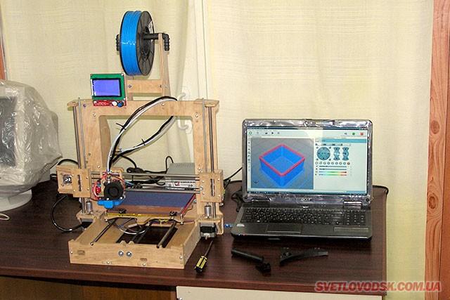 """3D-принтер світловодського """"розливу"""" """"обмізковує"""" своє завдання, на моніторі ноутбука можна бачити, що то за завдання"""