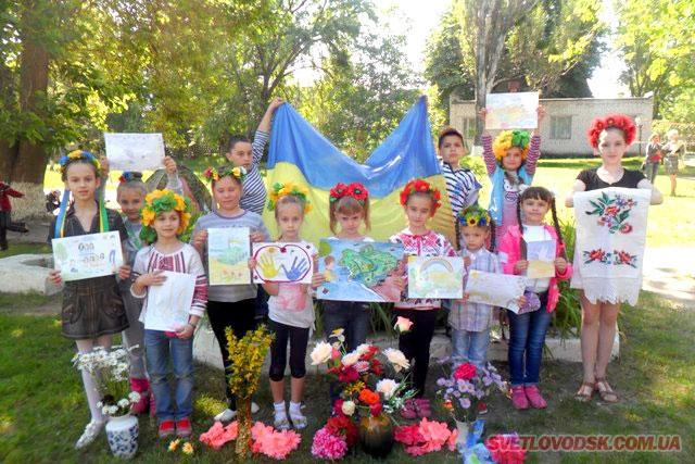Діти щиро вірять, що їх малюнки принесуть бійцям АТО гарний настрій