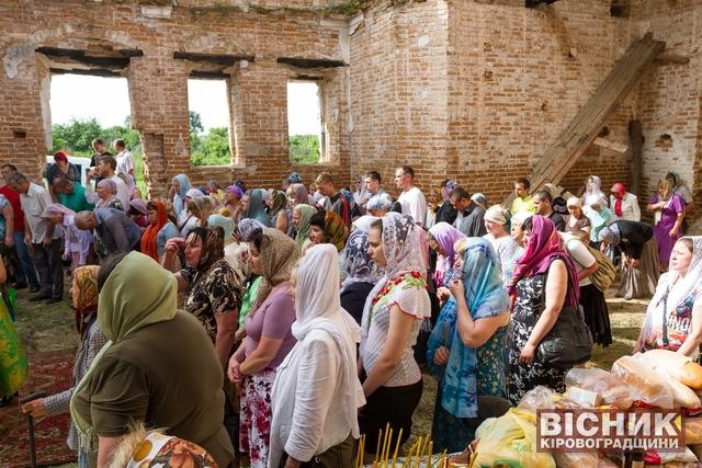 Святкування Дня Святого Духа у старовинній церкві в Браїлівці