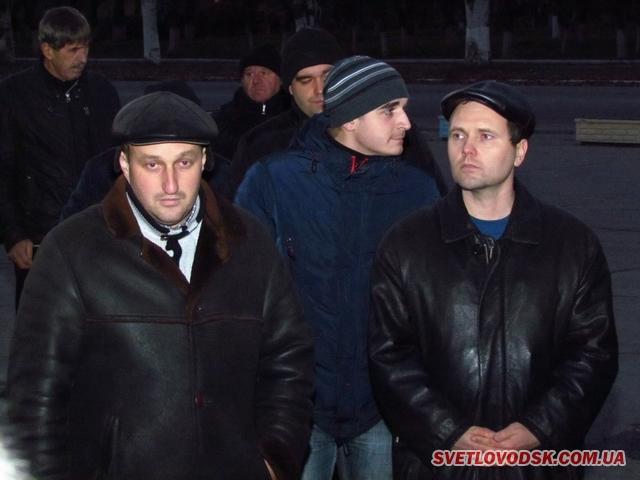 Ми — не скоти, доводили на площі зо два десятки «світловодськпобутовців». Скати цього разу не палили