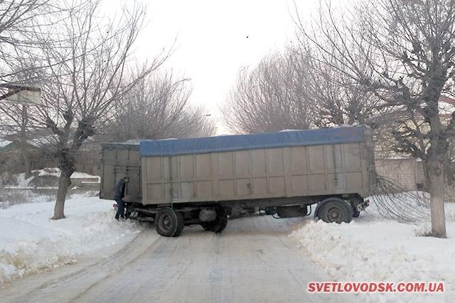 ФОТОФАКТ: Вулицю Чорноморівську заблокувала довжелезна фура (ДОПОВНЕНО)
