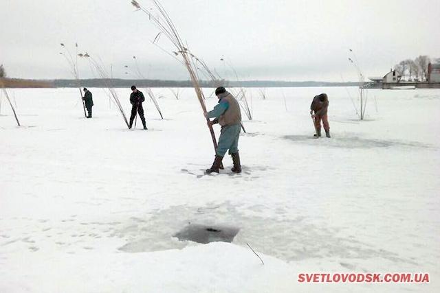 Масово бурили лунки на Кременчуцькому водосховищі