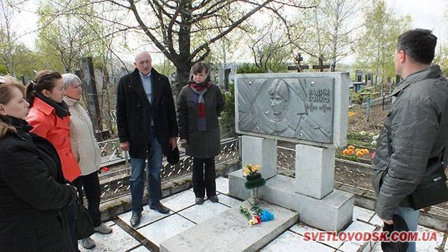 На могилах двох відомих світловодців