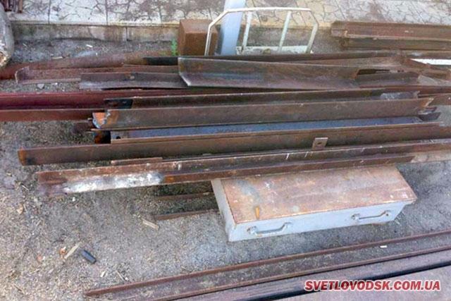 Працівникам поліції вдалося встановити особу громадянина, якого підозрюють у викраденні металевих кутників із електроопори у Світловодському районі