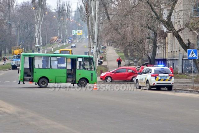Opel Corsa зіткнувся з маршруткою у центрі Світловодська