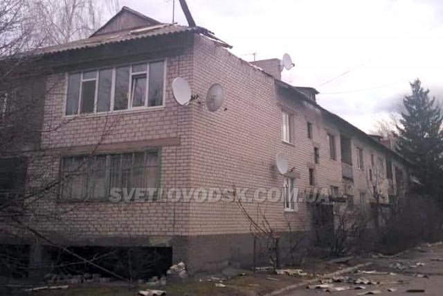 ФОТОФАКТ: Сильний вітер у Світловодську валить дерева та зриває дахи будинків