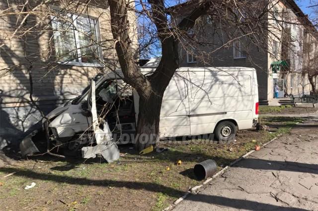 ФОТОФАКТ: Автомобіль врізався в житловий будинок