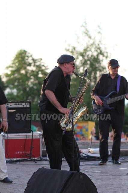 Нардеп сказав — нардеп зробив! Олесь Довгий зіграв на саксофоні у Світловодську