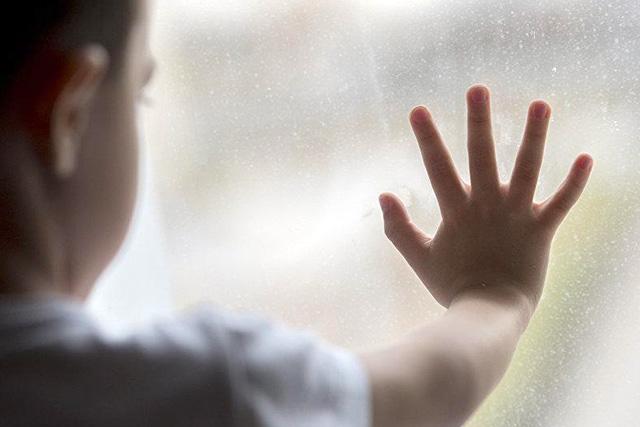 У Світловодську з вікна четвертого поверху випав шестирічний хлопчик
