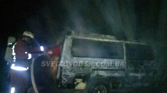 Рятувальники приборкали пожежу мікроавтобуса