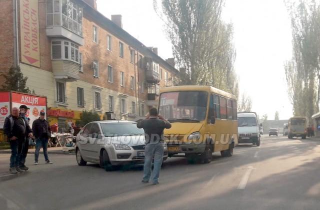 ФОТОФАКТ: Легковик та маршрутка потрапили у ДТП