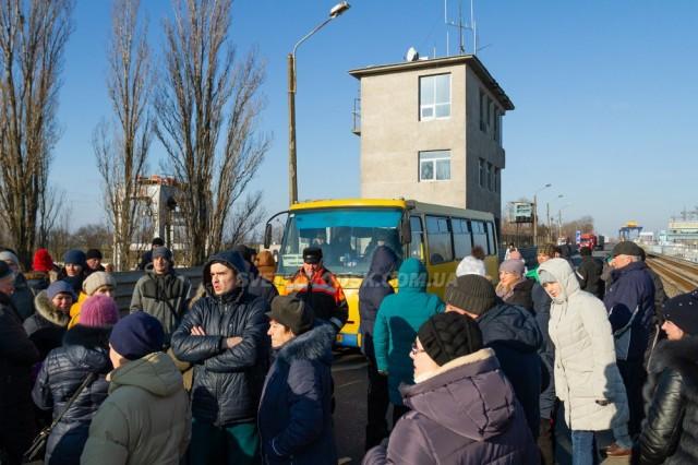 ІНТЕР: Холодний бунт: жителі Світловодська перекрили рух на Кременчуцькій ГЕС