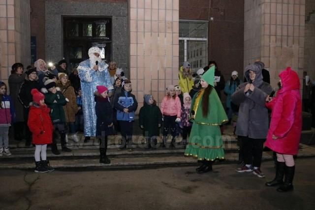 На центральній площі Світловодська запалили новорічну ялинку