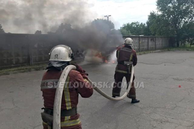 У Світловодську вогнеборці загасили пожежу автомобіля (ВІДЕО)