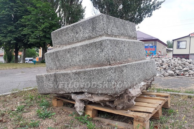 Новий пам'ятник поки що не будують, вирішили обмежитися клумбою