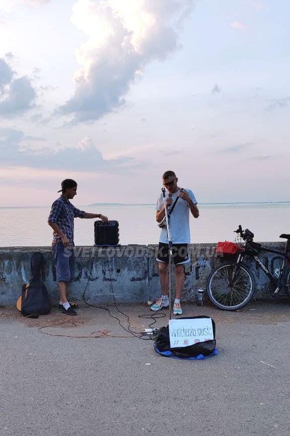 «Вулична музика в містах України»: веломандрівник-музикант Денис Винниченко завітав до Світловодська