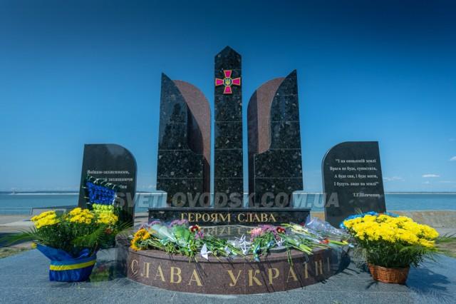 Журавлики на граніті пам'ятника і вшанування полеглих та живих учасників війни на Сході України (ФОТО, ВІДЕО)